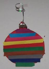 maak een leuke kerst bal, geef de peuter of kleuter verschillende kleuren strookjes papier en laat het ze op plakken