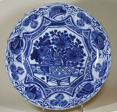 Chinese blue and white kraak dish, Wanli (1573-1619). Photo Guest & Gray,    decorated in the centre with a basket of flowers in front of a fence