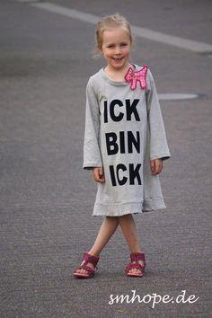 """*www.smhope.de*    handmade T-Shirt Kleid, Jerseykleid, MÄdchenkleid  Druck schwarz :Flock """"ICK BIN ICK""""  genähte Hundebrosche am Halsausschnitt  F..."""