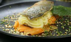 Filet de Truite Swiss Style  Forellenfilets an einer sämigen grünen Fee Sauce gedünsteten Karotten http://Haselnuss-Kartoffelstockpic.twitter.com/FoRNcyY0hf