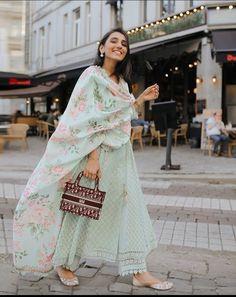 Pakistani Fashion Casual, Indian Fashion Dresses, Dress Indian Style, Pakistani Dress Design, Pakistani Outfits, Indian Designer Suits, Indian Designer Clothes, Indian Bridal Outfits, Indian Attire