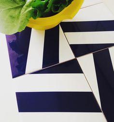 A peça MT-07 da Linha Metrópole na cor Azul Marinho está em alta! Inspirada no mestre Athos Bulção.  #decora #instadecor #inspiration #reforma #photooftheday #lifestyle #painel #azulejo #azulejos #ceramic #ceramica #revestimento #arquitetura #design #interiordesign #ideia #art #azulejaria #home #fachada #decor #azulejosdecorados #sala #room #tile #tiles #damaazulejos #dama