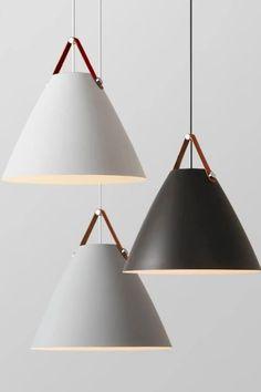 Vergrößerte Lampenschirme verteilen das Licht gleichmäßig und bringen das einzigartige Design besonders gut zur Geltung. Hochwertige Ledergriffe verknüpfen die Lampenschirme mit dem Kabel: hiert trifft Praktikabilität auf Design. Das Aluminium lässt einen rustikalen Look zu, der durch saubere Verarbeitung und hochwerige Details abgerundet wird. Dank dem modernen Design harmoniert diese Lampe mit jeder Innenausstattung und fällt auf, ohne aufdringlich zu sein.  Mit Liebe designed ♥ Lamp Shades, Interior Lighting, Ceiling Lamp, Light Fixtures, Woodworking Projects, Beautiful Homes, Bootroom, Lights, Interior Design