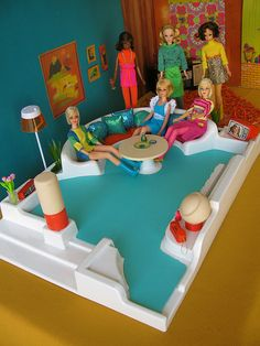 Barbie Living Room Diorama - Molded Sofa Couch and Lamp in Mid Century Modern Retro Mod Style Barbie Playsets, Barbie Toys, Vintage Barbie Clothes, Vintage Dolls, Barbie Diorama, Barbie Family, Doll Display, Barbie Furniture, Barbie Collection