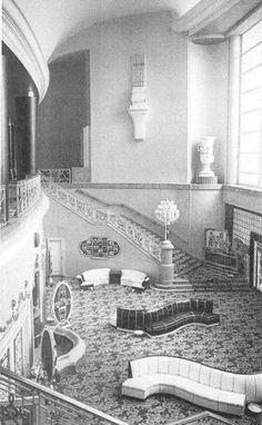 Fotografía que muestra el interior del cine Ópera, decorado por Manuel Fontanals, se inauguró en 1949. Actualmente solo se conserva la fuente de centro.