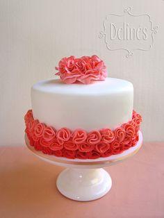 Romántica y a tono con su look. Torta de chocolate con relleno en ganache de chocolate y dulce de leche. Cubierta y flores en pasta de azúcar.