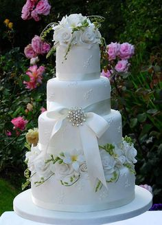 Beautiful cake...perfect for a garden-themed wedding