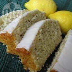 Amerikanischer Zitronenkuchen mit Mohn (Lemon Poppy Seed Bread) - Dieses Rezept ergibt 3 Kastenkuchen, die sich super einfrieren lassen. Ich back immer gerne gleich mehr und dafür nicht so oft.@ de.allrecipes.com