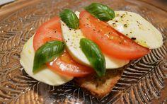 Tämän helpon ja kevyen herkun valmistat nopeasti. Tomaatti-mozzarellaleivässä maistuvat italialaisesta keittiöstä tutut maut. Caprese Salad, Food, Insalata Caprese, Hoods, Meals