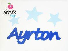 Bajo las estrellas, que combinan muy bien, el nombre de Ayrton en Azul Ultramar.