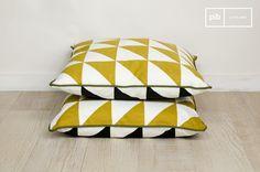 Zur Gänze aus Bio-Baumwolle bestehendes Kissen mit einem, den 50er Jahren nachempfundenem, aufgedruckten Dreieck-Motiv. Die Hochwertigkeit dieses Produkts zeigt sich auch durch den verdeckten Reißverschluss.