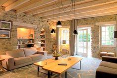 salon cosy (poutres, mur en pierre, et sol)