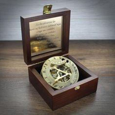 Mosiężny kompas z zegarem słonecznym z grawerem - Trafiony prezent