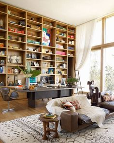 Estante no home office Arquiteto: Brian Sawyer and John Berson Fotógrafo: William Waldron Fonte: Elle Decor USA Jul-Ago 2013 Home Interior, Interior Decorating, Interior Design, Decorating Ideas, Modern Interior, Kitchen Interior, Elle Decor, Home Office, Kelly Behun
