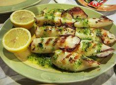 This Portuguese grilled squid with green sauce recipe (receita de lulas grelhadas com molho verde) is very quick and easy to make and it tastes delicious. Calamari Recipes, Squid Recipes, Shrimp Recipes, Fish Recipes, Recipies, Grilled Calamari, Grilled Squid, Paella, Brunch Cake