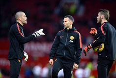 PIC: United's goalkeepers talking to Ryan Giggs in the warmup #mufc http://mirr.im/1C3S8Ps