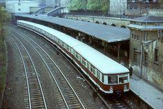 Berlin 1985 S-Bahnzug der BR 277 im S-Bahnhof Schoenhauser Allee