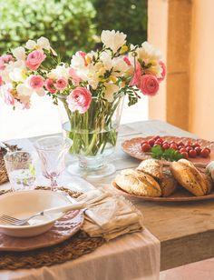 UN JARDÍN EN FLOR Un ramo de flores acabadas de cortar no puede faltar nunca en la mesa. Las copas y los vasos son de Zara Home.