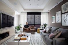 Decoração, decoração de apartamento, apartamento, apartamento colorido, parede cinza, cinza, luz natural, tapete, ambiente integrado, sala, sala de estar, quadro, obra de arte, fotografia, sofá cinza.