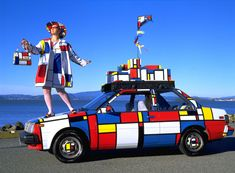 """""""Composition with Yellow, Black, Blue, Red and Gray"""" (1921), uma das gravuras mais conhecidas de Mondrian, adaptada para tunagem de carro, vestuário, adereços e utensílios e fotografada por Harrod Blank (Art Car Agency, 2012).  Veja mais em: http://semioticas1.blogspot.com.br/2012/12/inventando-abstracao.html"""