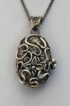 medaillon gemaakt met zilverklei door edelsmid Marja Schilt. www.marjaschilt.nl