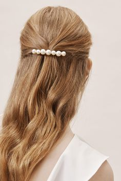 Bridal Jewelry Jennifer Behr Pim Pearl Barrette - Description A row of gleaming pearls adorn a simple brass barrette. By Jennifer Behr Style Pigtail Hairstyles, Bobby Pin Hairstyles, Headband Hairstyles, Braided Hairstyles, Hair Scarf Styles, Curly Hair Styles, Outfit Trends, Hair Trends, Hair Accessories For Women