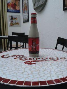 Cerveja belga La Guillotine - Uma Belgian Golden Strong Ale de 8,5% de teor alcoólico feita pela cervejaria Huyghe (que faz a linha de cervejas Delirium e as Floris com frutas).  Cerveja frutada e cítrica e de alta carbonatação. #huyghe #belgianbeer #cervejabelga #emporiocomcerveja #comcerveja #cervejaartesanal #belgiangoldenstrongale #laguillotine