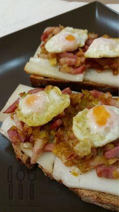Tosta de bacon y queso con huevo de codorniz