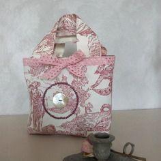 Petit sac en toile de jouy rose, noeud de dentelle