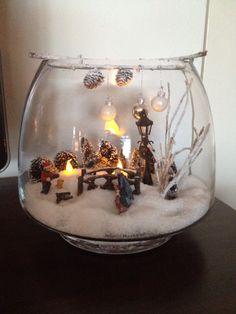 Winter kerst tafereel in glazen vaas