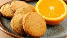 Ingredientes: - 125 g (y extra) de manteca- 100 g de azúcar- ralladura de una naranja- 2 yemas- 1 cucharada de jugo de naranja- 250 g (y extra) de harina- 1/4 de cucharadita de polvo para hornear- 1/4 de cdita. de bicarbonato- una pizca de sal Para el baño:- 100 g de azúcar impalpable- 1 … Cookies Receta, Orange Cookies, Food Porn, Yams, Greek Recipes, Cornbread, Cookie Recipes, Biscuits, Bakery