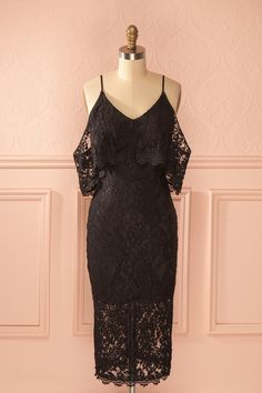 Robe mi-longue ajustée dentelle noire épaules dégagées volants - Black lace fitted mid-length dress off-shoulder ruffles