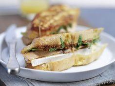 Toast-Sandwich mit gegrilltem Lachs ist ein Rezept mit frischen Zutaten aus der Kategorie Meerwasserfisch. Probieren Sie dieses und weitere Rezepte von EAT SMARTER!