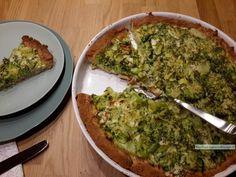 De korst van de broccoli zalm taart heeft een ietsje zoetige smaak, dat past voortreffelijk in combinatie met de broccoli, zalm, prei, mosterd en dille.