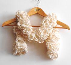 Sciarpe a maglia - sciarpa volant avorio e panna con lurex dorato - un prodotto unico di cosediisa su DaWanda
