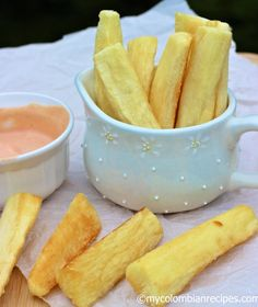 Yuca frita is very popular in Colombia and is served by just about every typical Colombian Restaurant in the world. Serve with Salsa Rosada . My Colombian Recipes, Colombian Cuisine, Columbian Recipes, Honduran Recipes, Honduras Food, Snack Recipes, Cooking Recipes, Gastronomia, Gourmet