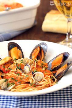 Unos ricos espaguetis similares a los frutti di mare pero con mejillones y chirlas solamente. Una receta sencilla, con el sabor a mar que dan los mejillones y las chirlas y un tomate con rico sabor a marisco. Los espaguetis tan finos le dan un toque diferente al plato.  Sigo deleitándome con l