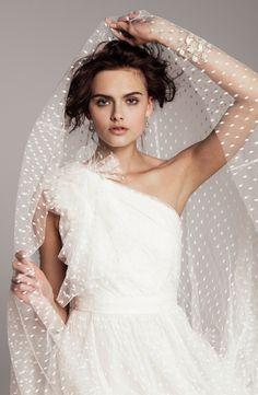 El Plumeti es un tejido con sencillos dibujos bordados perfecto para novias con estilo romántico.