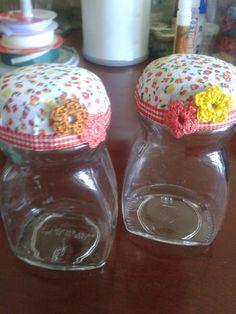 Retalhos de tecido + potes de café solúvel = potinhos decorados!!! Reciclar é preciso! ART Dea Artesanatos