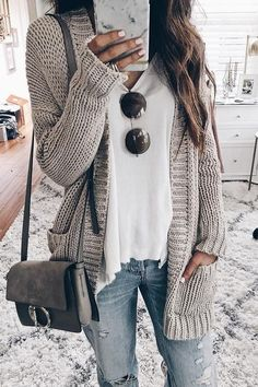 Outfits Mode für Frauen 2019 - 43 Totally Inspiring Womens Cardigan Outfits Ideas For This Spring - fashioomo. Cardigan Casual, Grey Knit Cardigan, Winter Cardigan Outfit, Cute Cardigan Outfits, Cardigan Fashion, Chunky Sweater Outfit, White Tshirt Outfit, Cardigan Gris, Light Jeans Outfit