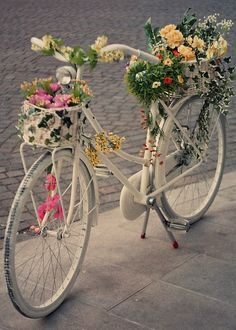 What a beautifully decorated bicycle! How do you decorate your Mackinac Bicycle? Bicycle Decor, Old Bicycle, Bicycle Art, Old Bikes, Bicycle Tattoo, Wooden Bicycle, Retro Bicycle, Folding Bicycle, Cruiser Bicycle
