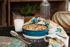 Det är himla gott att baka sin frukostgröt i ugnen. Här smaksätter vi med goda pepparkakskryddor, riven morot och så russin för sötma. Pricken över i blir de krispiga nötterna på toppen!