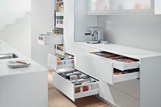 Szuflady kuchenne czy szafki kuchenne z drzwiczkami? | Aranżacje i ergonomia w kuchni. Jak zaprojektować kuchnię ? Funkcjonalna kuchnia, projektowanie kuchni, kuchnia design, projekty