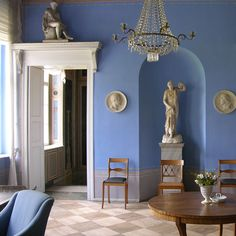 Showpieces For Home Decoration Beautiful Interiors, Colorful Interiors, Blue Interiors, Neoclassical Interior, Interior Decorating, Interior Design, Classic Interior, Empire Style, Blue Walls