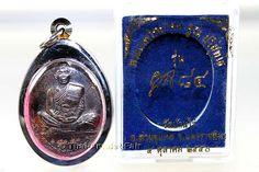Phra Rian Koon 84 Nuea Nawa Thai Amulett des ehrwürdigen Luang Pho Koon Parisuttho, zu Lebzeiten Abt des Wat Banrai, Tambon Kut Piman, Amphoe Dan Khun Thot, Changwat Nakhon Ratchasima (Korat), Isan, Nordost-Thailand, vom 04.10.2550 (2007). Luang Pho Koon erschuf das Amulett anlässlich seines 84. Geburtstages in einer nummerierten Kleinserie von nur 18.400 Amuletten. Hier angeboten wird das Amulett mit der Seriennummer 15193.