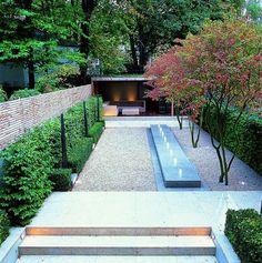bilder gestaltung innenhof hecken kies brunnen modern überdachte terrasse