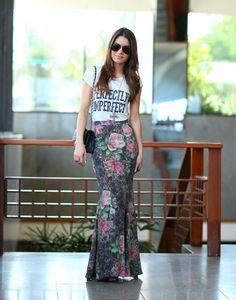 Camila Coelho dando curso de como usar saia longa