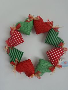 Discover thousands of images about Guirlanda de Natal: 120 Modelos e Como Fazer Passo a Passo Felt Christmas Ornaments, Diy Christmas Tree, Christmas Decorations, Felt Crafts, Diy And Crafts, Christmas Crafts, Xmas Wreaths, Christmas Sewing, Sewing Projects For Beginners