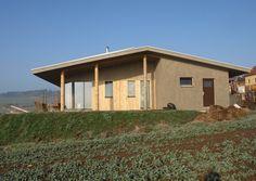 AB ateliér: Ratměřice - přízemní rodinný dům, izolace slaměnými balíky doplňované foukaným climatizérem, příčky z hliněných tvárnic a vnitřní hliněné omítky