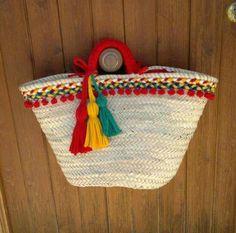 Resultado de imagem para como decorar un capazo con ganchillo o trapillo Supernatural Style Crochet Fabric, Fabric Yarn, Ibiza, My Bags, Purses And Bags, Ethnic Bag, Diy Purse, Jute Bags, Boho Bags